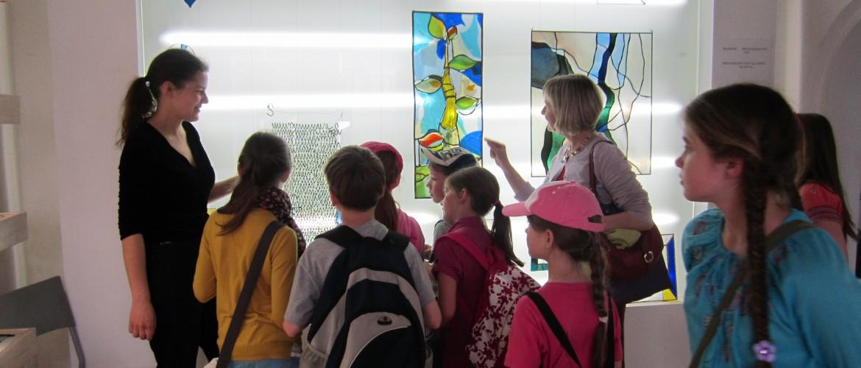 Vaikai susipažįsta su vitražu